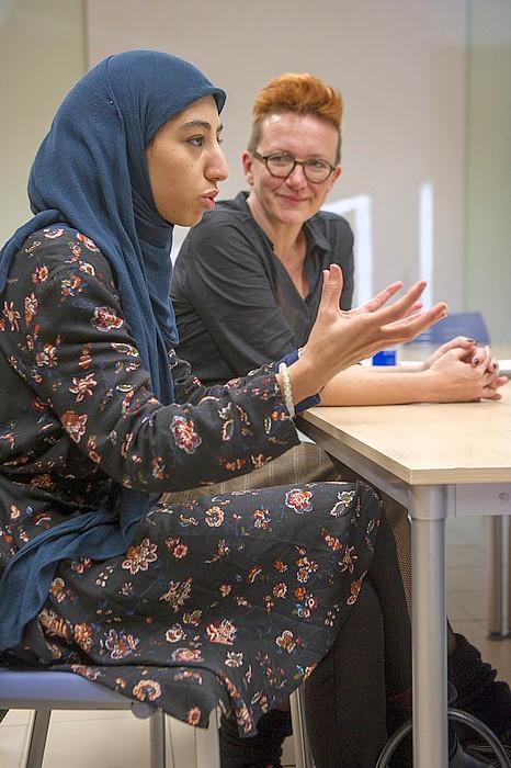 Uhintifada 282: Hajar Samadi: «Las mujeres estamos especialmente expuestas a los ataques islamófobos y a la islamofobia institucional».