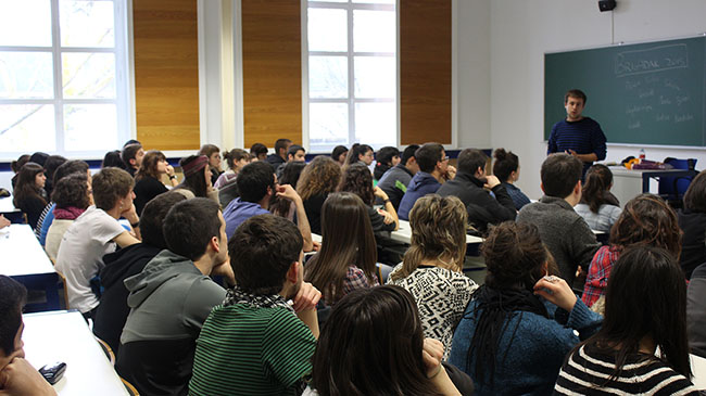 """Irati  Zubizarreta  eta  Iñaki  Cañamares  (Gasteizko  Kanpusa):  """"Euskal  Herriko  langile  herriak  dituen  jakintza  beharrei  erantzuten  die  Herri  Unibertsitateak"""""""