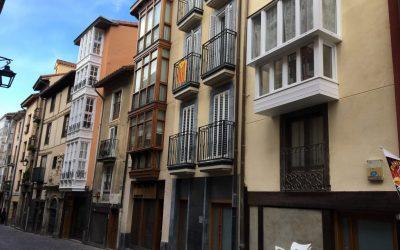 Gasteizko Alde Zaharrean Ensanche 21 elkarte publikoaren hiru eraikin okupatu dituztela jakinarazi dute