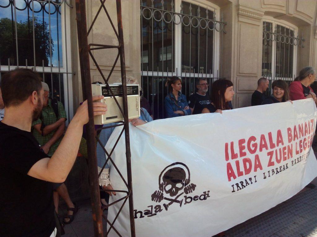 Hala Bedi transmite al Parlamento Vasco la cruel situación de las licencias de radio