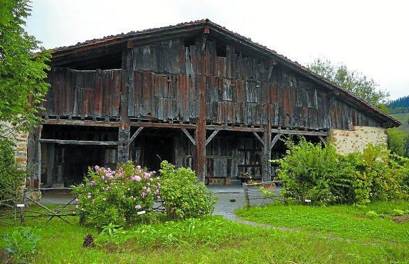 Un  estudio  arquitectónico  de  los  caseríos  adelanta  medio  siglo  la  fecha  de  su  origen