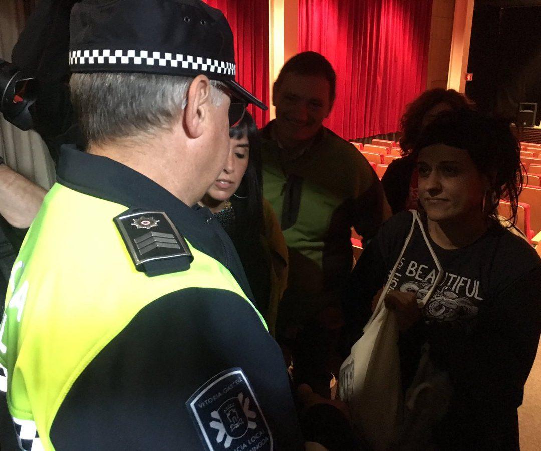 La Policía Municipal interrumpe el acto de Anna Gabriel y las congregadas responden papeleta en mano