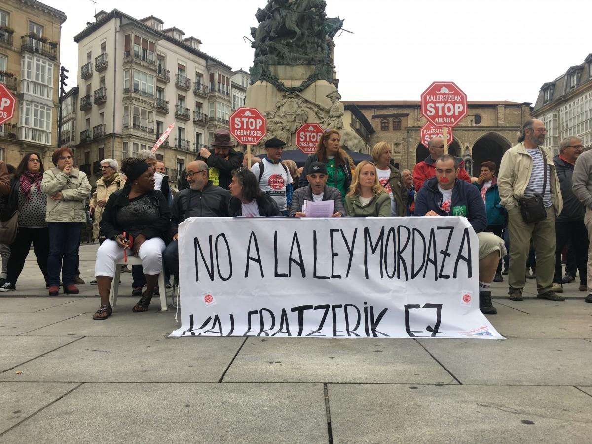Kaleratzeak Stop, arropada por diferentes expresiones, anuncia que no pagará la multa por la Ley Mordaza