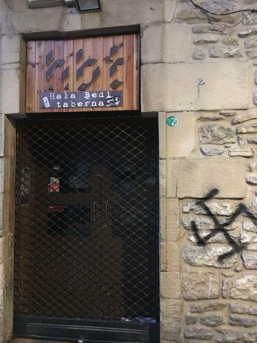 La extrema derecha realiza pintadas de esvásticas en el Casco Viejo de Gasteiz, también en Hala Bedi Taberna
