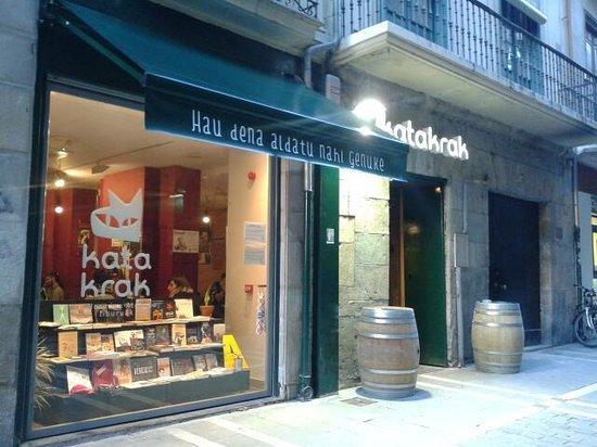 "Sección de literatura con ""Katakrak"" (Iruñea)"
