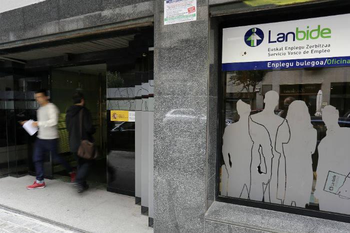 Prestaciones sociales: Lanbide ha abierto el frente de la ejecución contra las personas deudoras por pagos indebidos