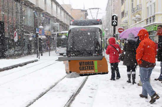 Vitoria  se  prepara  para  proclamarse  'European  White  Capital'    e  incorpora  palas  quitanieves  a  los  tranvías
