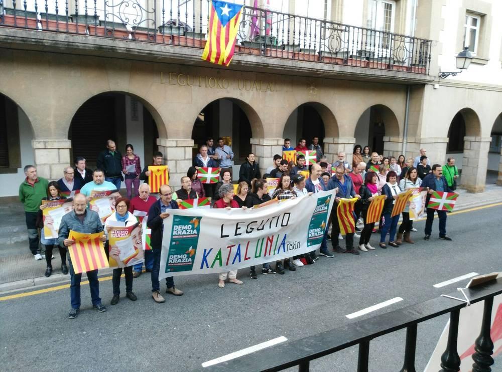 La subdelegación del Gobierno de España obliga al Ayuntamiento de Legutio a retirar la estelada