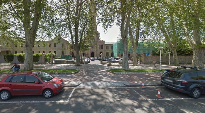 Gasteizen Opus Deiri alfonbra gorria jarri izana kritikatu du LAB sindikatuak