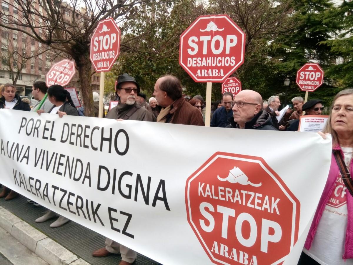 Un juzgado de Gasteiz paraliza el desahucio de Kutxabank contra una familia gasteiztarra