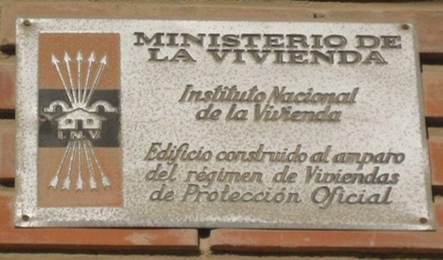 Las placas franquistas de los domicilios gasteiztarras podrán ser retiradas