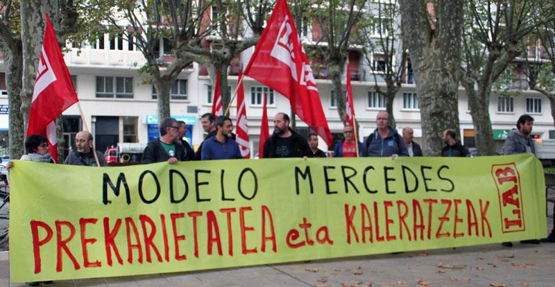 Kontratuetan lege-iruzurra egiten dela salatu dute Mercedes lantegiko ELA, ESK eta LAB sindikatuak