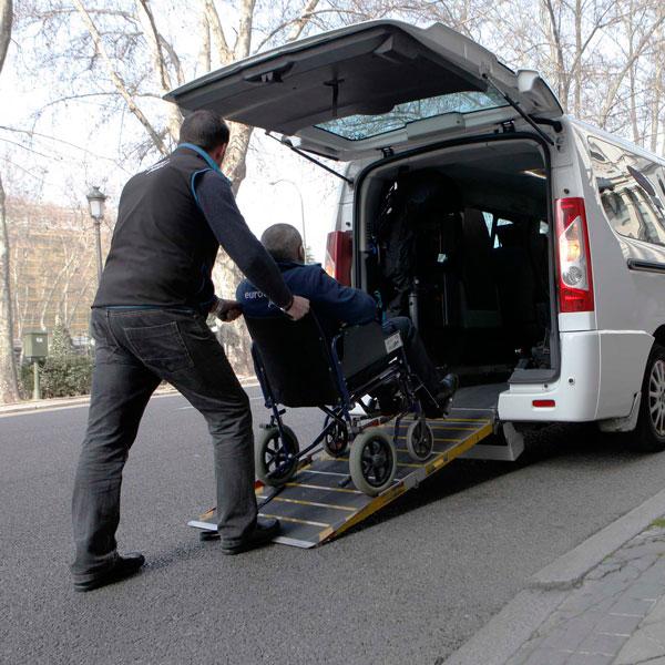 Mugikortasun gutxiko pertsonen taxi-zerbitzuko laguntzak murriztu dituztela salatu du Eginaren Eginez elkarteak