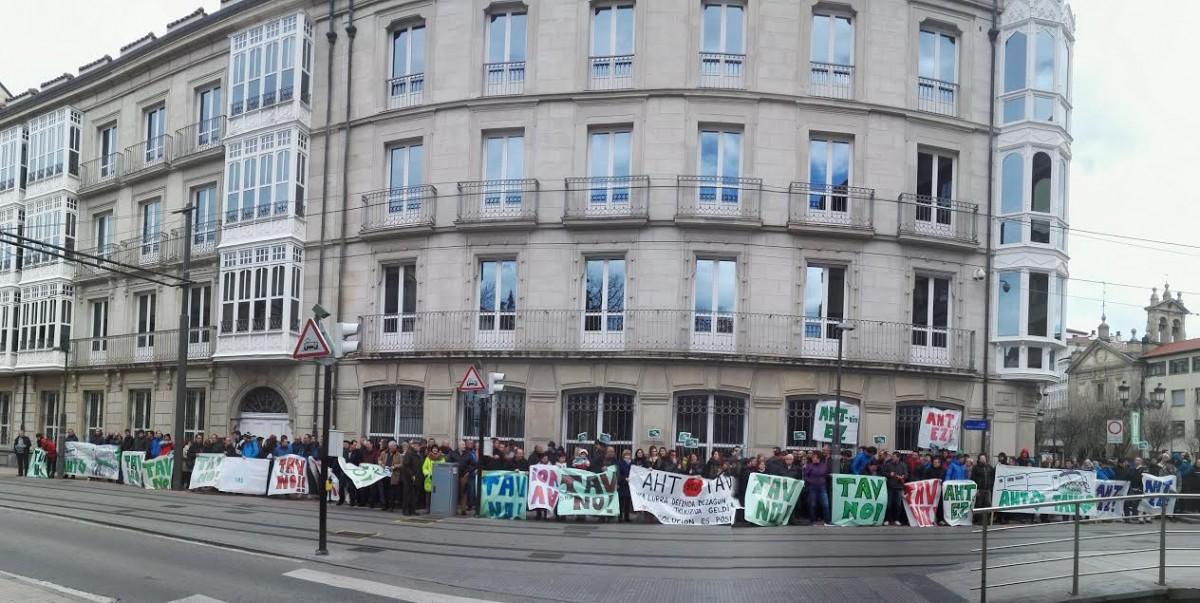 Ehunka pertsona bildu dira Eusko Legebiltzarrean Lautadako AHTren proiektuen aurka