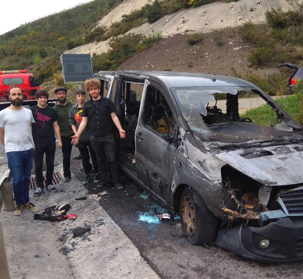 Libe musika-taldearen furgonetak su hartu du, Urretxuko Poligrafo Fest-erako bidean
