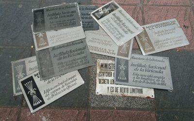 Comienzan a retirar 62 placas franquistas de bloques en Gasteiz