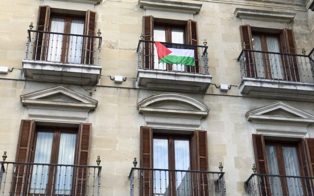 Sáenz de Santamaría insta a retirar la bandera palestina del Ayuntamiento de Gasteiz