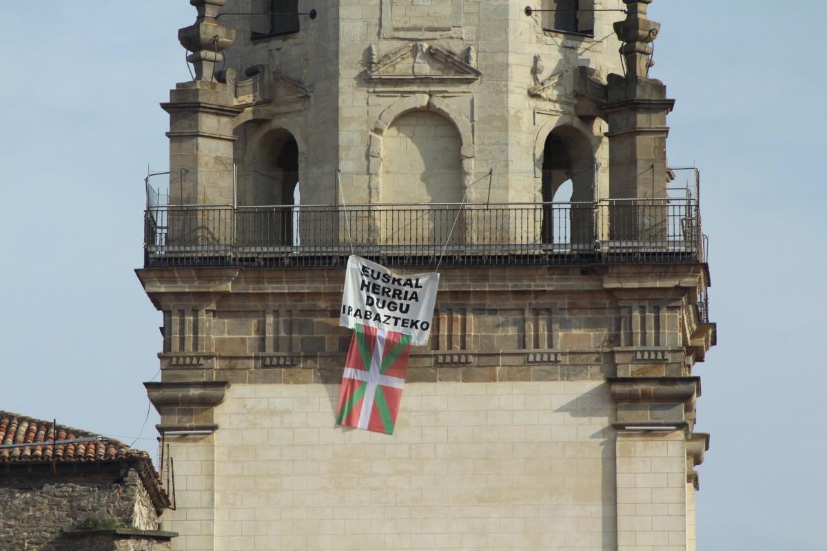 """""""Euskal Herria dugu irabazteko"""" eta ikurrina Gasteizko puntu altuenetan"""