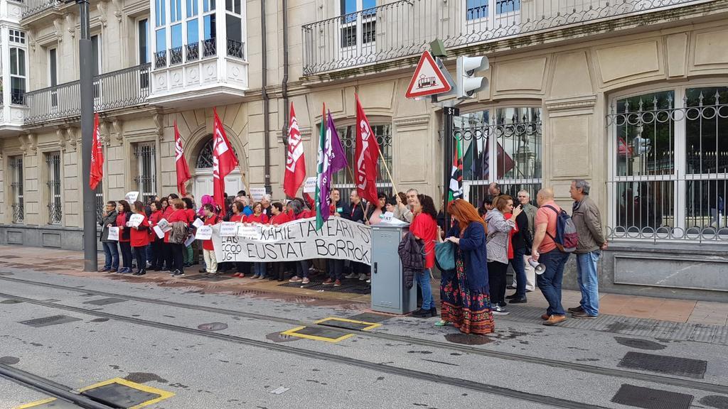"""EUSTATeko langileak greban, """"Eusko Jaurlaritzak prekarietatea arautu duela"""" salatzeko"""