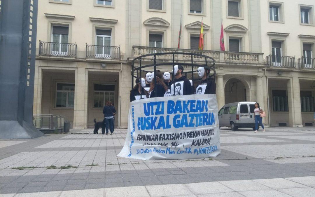 Se encierran en una jaula para denunciar el encarcelamiento de los jóvenes de Altsasu