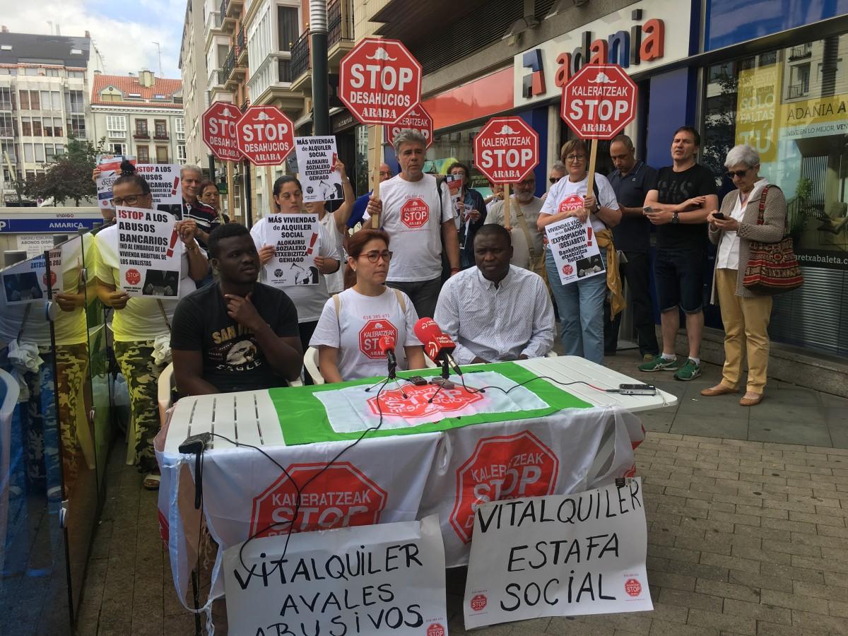"""Vitalquiler, Laboral Kutxa, servicios sociales… El """"drama"""" de Maya, Mohamed y sus cuatro hijos continúa"""