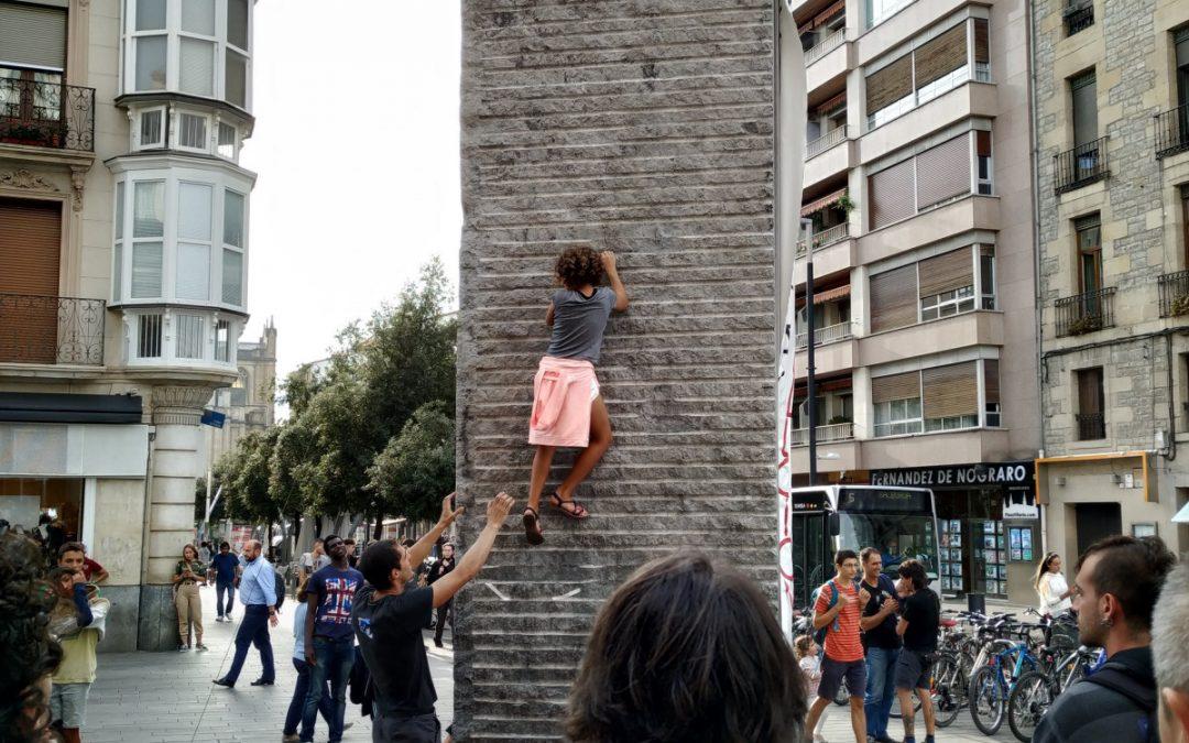 No podían escalar en los rocódromos… y escalaron las calles