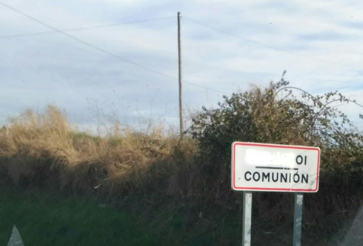 Komunioi herriko sarreran kokatuta dagoen kartelean euskarazko izena ezabatu dute
