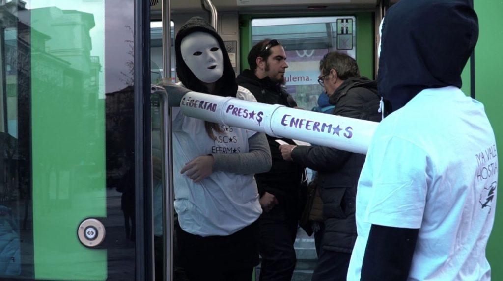 Gasteizko tranbia moztu dute preso gaixoen askatasuna eskatzeko