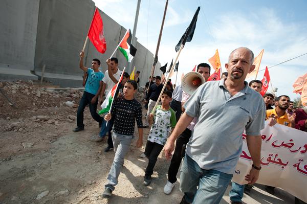"""""""Los  muros  físicos  y  políticos  conforman  un  sistema  de  Apartheid  dirigido  a  separarnos  y  hacernos  desaparecer  como  pueblo"""""""