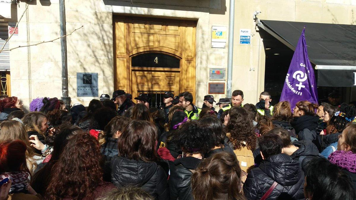 El Ayuntamiento de Gasteiz sigue sancionando a quienes colocaron carteles llamando a la Huelga Feminista