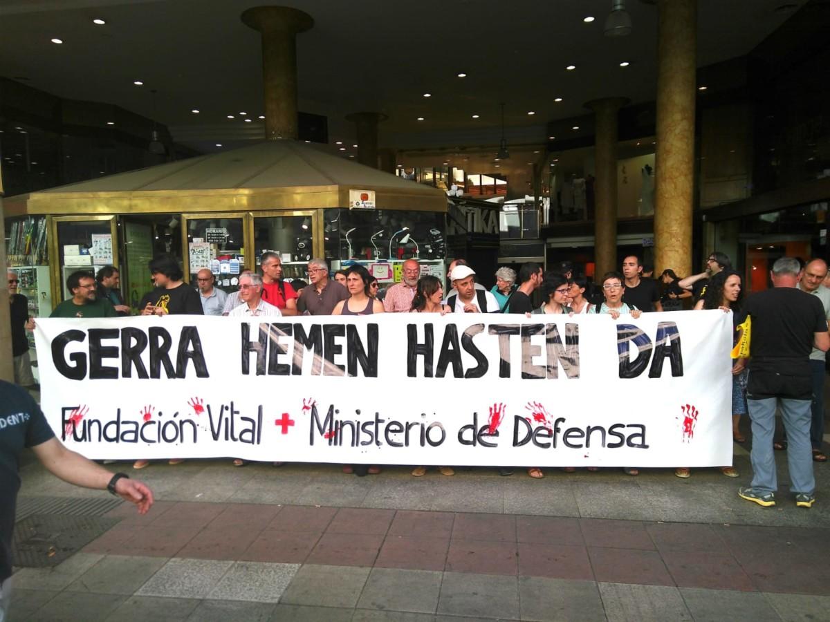 Decenas  de  personas  denuncian  la  colaboración  de  la  Fundación  Vital  con  el  Ejército  español