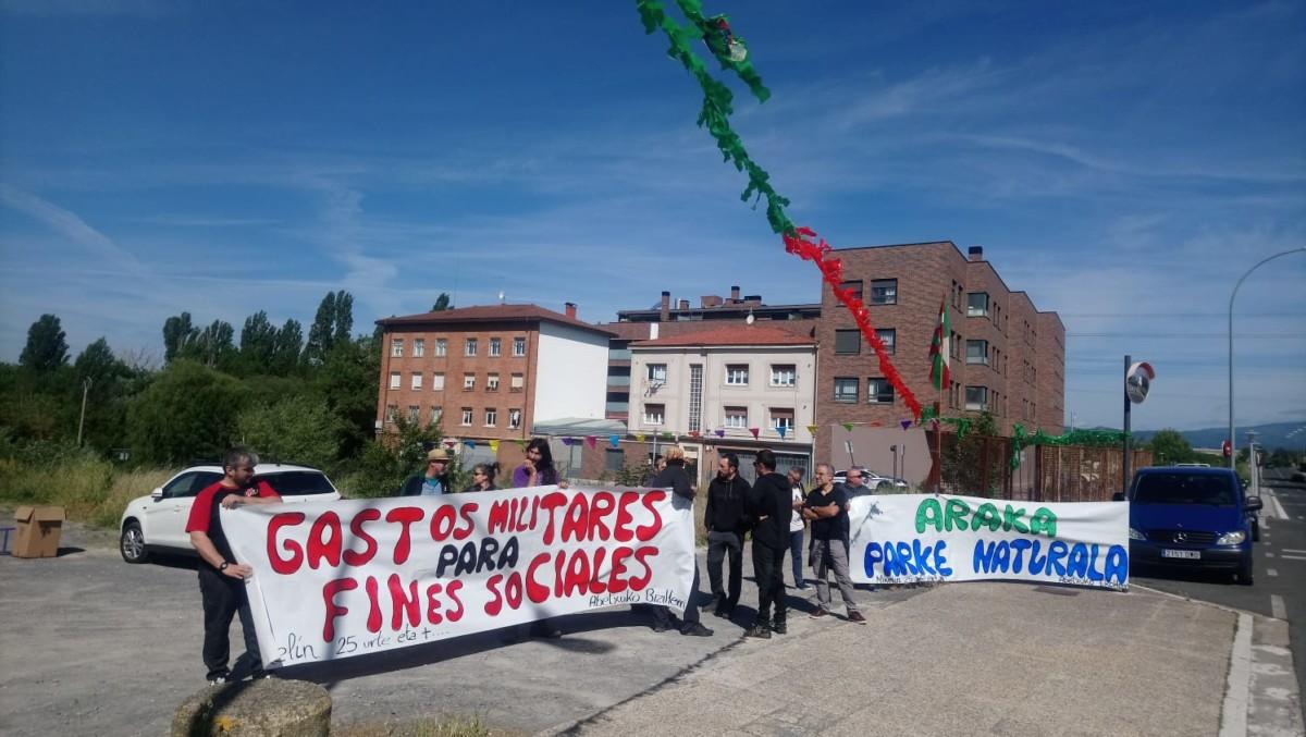 Varios  colectivos  de  Abetxuku  muestran  su  rechazo  a  la  base  militar  de  Araka