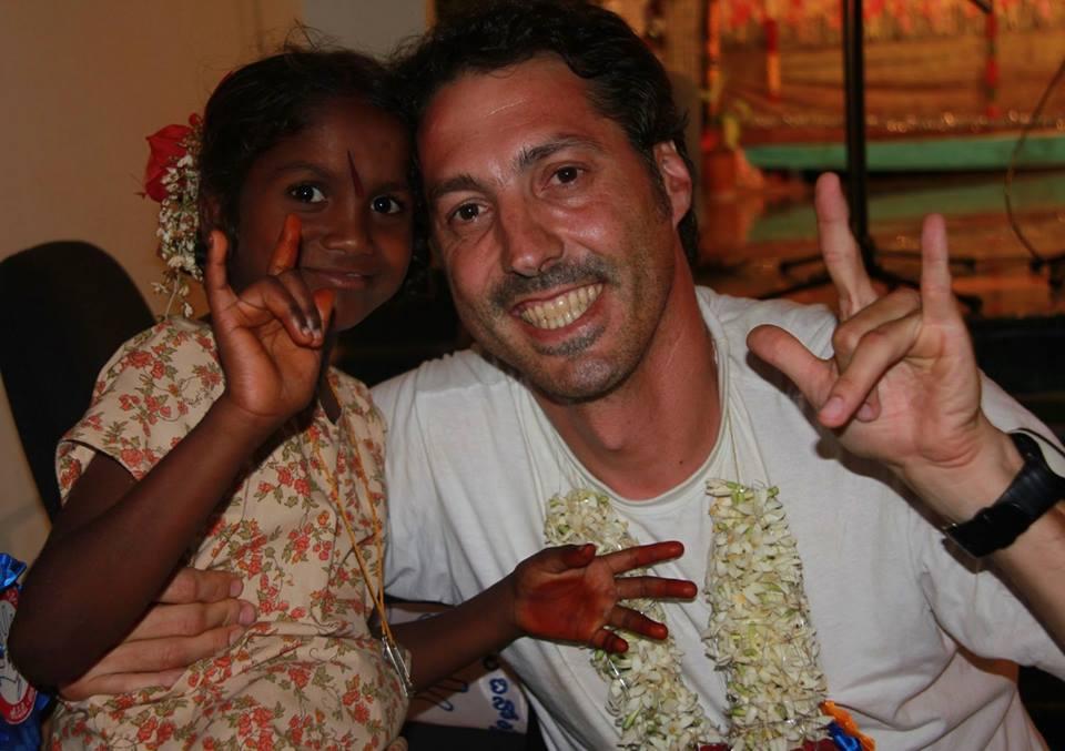 4.33: Arreglando sonrisas en Uganda / Rutas del silencio