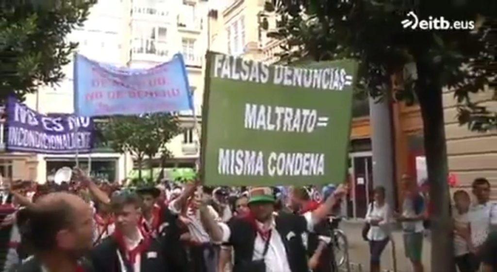 'Falsas denuncias = Maltrato = Condena': carteles machistas en el paseillo de la Federación de Blusas