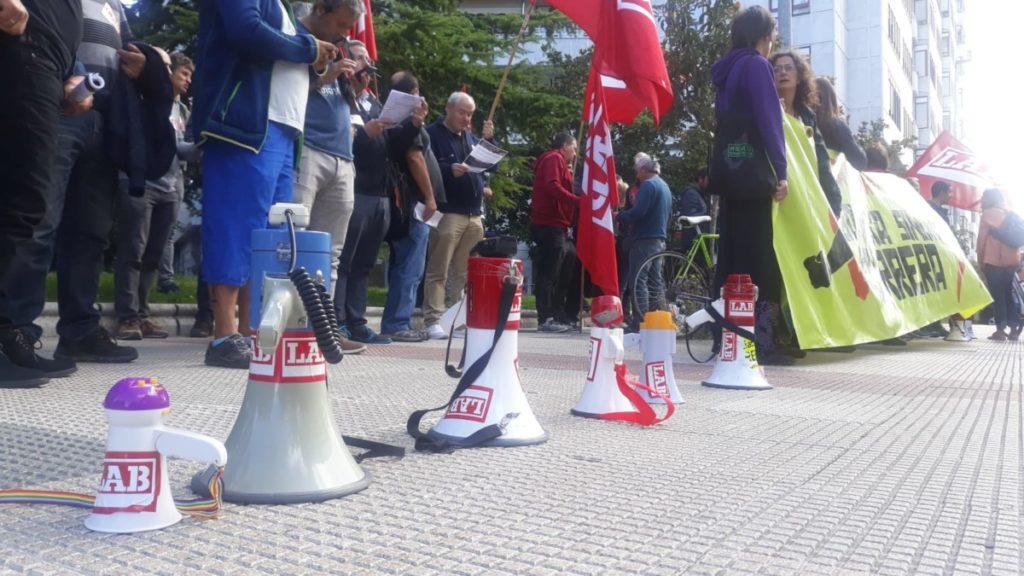 Elkarretaratzea egin zuten atzo sindikalismoaren aurkako jazarpena salatzeko