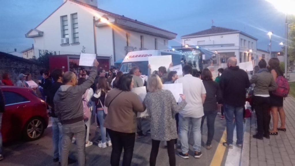 Vecinos de Rivabellosa protestan contra las líneas de transporte escolar