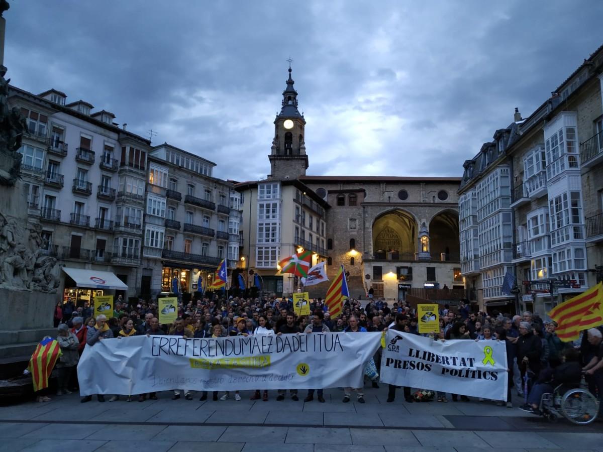 Kataluniako preso politikoen aurkako epaia salatzeko ehunka pertsona atera dira Arabako plazetara