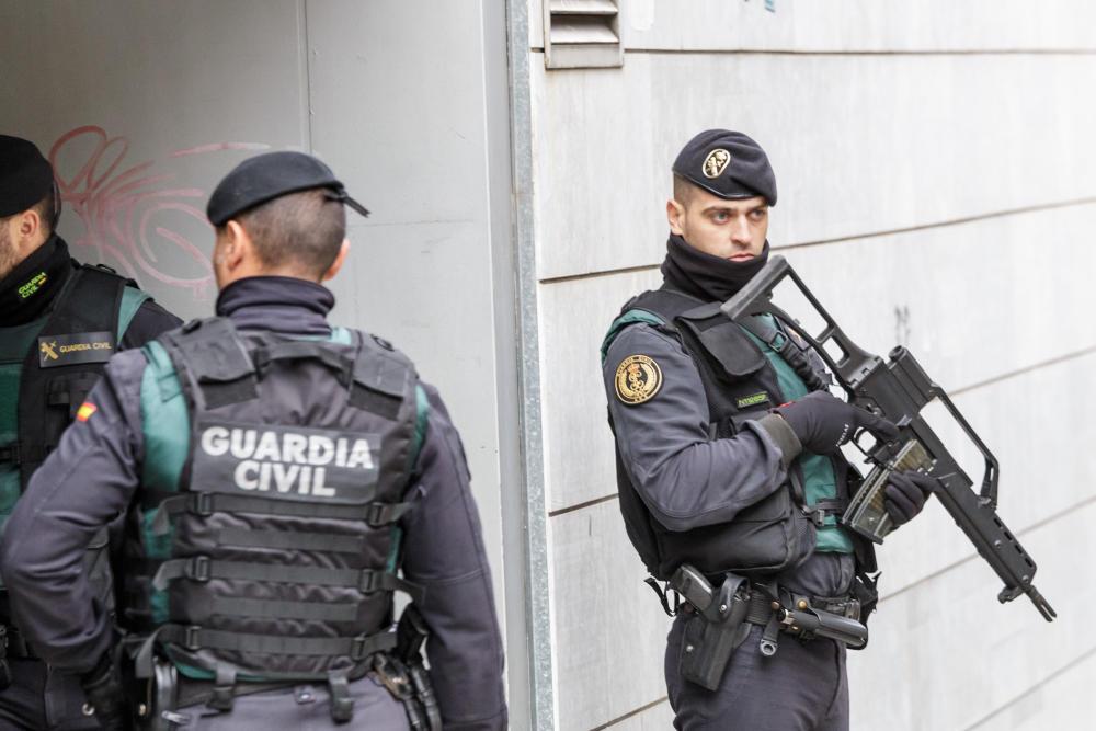 Detenidas dos personas acusadas de «destruir sistemáticamente» el monolito del cuartel de Legutio