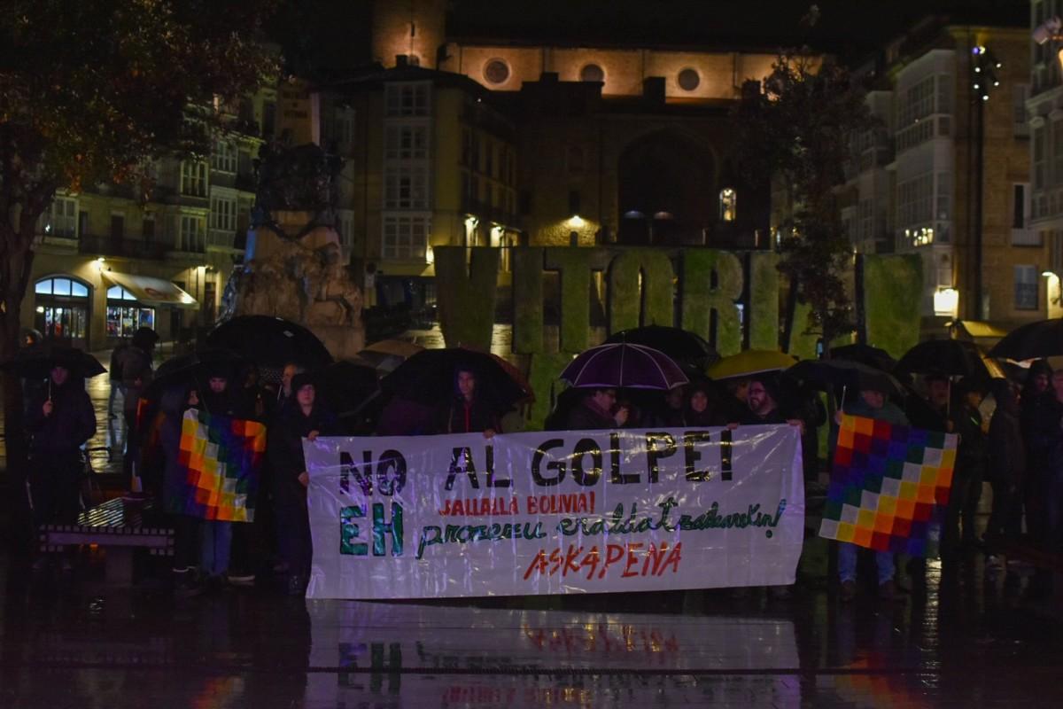 Boliviako estatu kolpea salatzeko elkarretaratzea egin zuten atzo