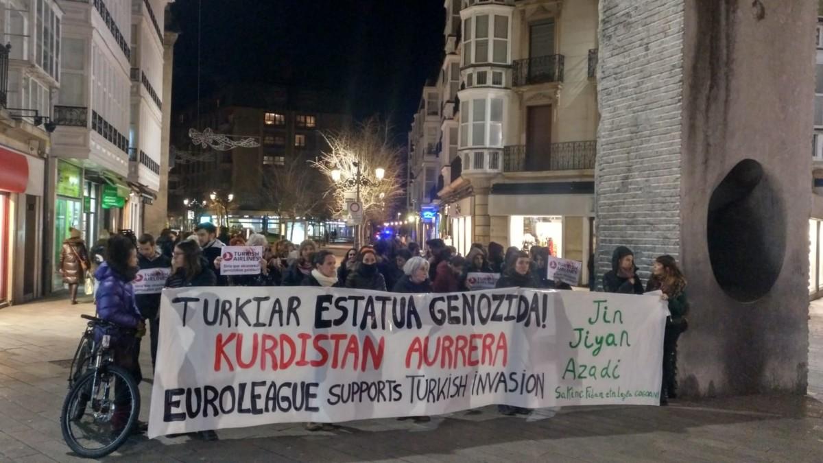 Kirol lehiaketak eta babesletzak Turkiak Herri Kurduaren aurka abiatu duen sarraskia zuritzeko baliatzen direla salatu dute