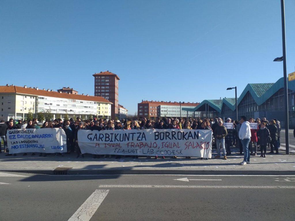 Lakuan manifestatu ziren atzo EHU eta Hezkuntzaren menpeko zentroetako garbitzaileak