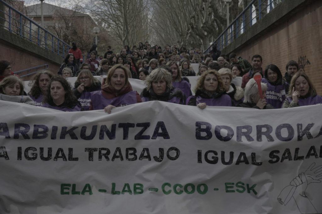 Administrazio publikoa interpelatu dute azpikontratatutako garbitzaileek Gasteizko kaleetatik egin duten manifestazioan