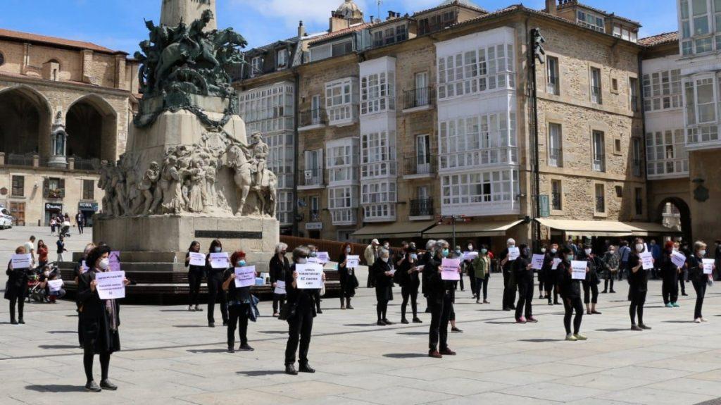 Gastu militarrak gizarte-beharrizanetarako bideratzea eskatu zuten atzo Andra Mari Zuriaren Plazan