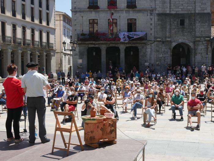 Sakabanaketaren aurkako aldarria bilakatu zuten Pili Arzuaga eta Fontso Isasiren omenaldia
