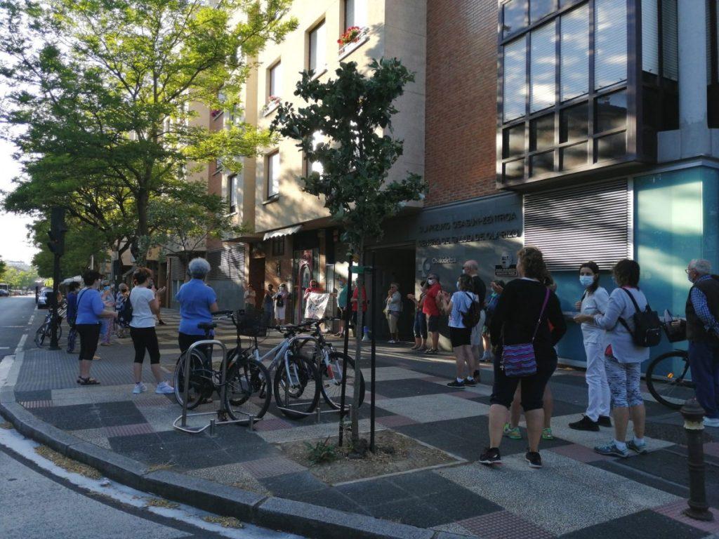 Reclaman una sanidad pública y universal frente al Centro de Salud de Olárizu