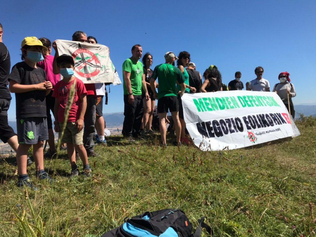 Iturrietako mendietan eraiki nahi duten parke eolikoaren aurkako martxa egin zuen Aguraingo Latsarri Gaztetxeak