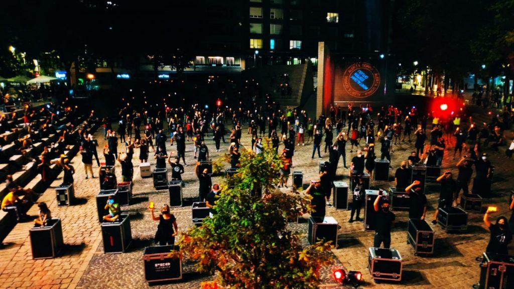 Profesionales del sector del Espectáculo y los Eventos iluminan de rojo la Plaza de los Fueros