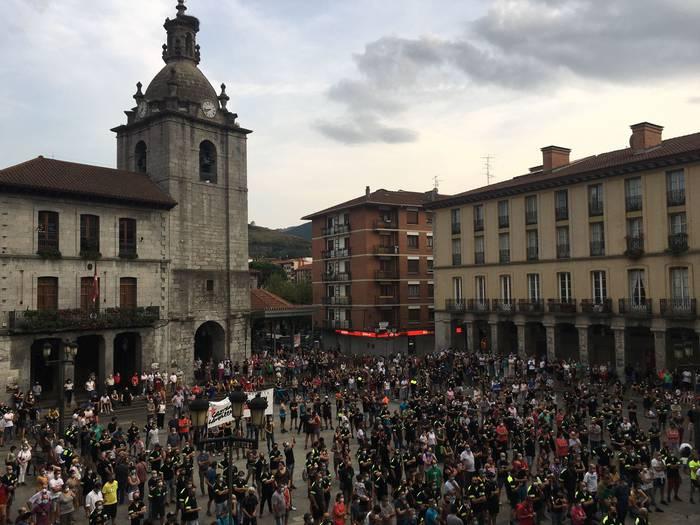 Una multitud sale a la calle en Laudio en contra de los despidos en Tubacex