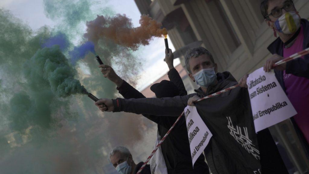 ARGAZKI GALERIA | Euskal Errepublika aldarrikatu du EHUN mugimenduak Gasteizko parlamentuaren aurrean