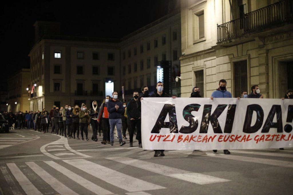 ARGAZKI GALERIA | Espainiako Polizia Nazionalak atxilotutako gazteei elkartasuna adierazteko mobilizazioa egin zuten atzo